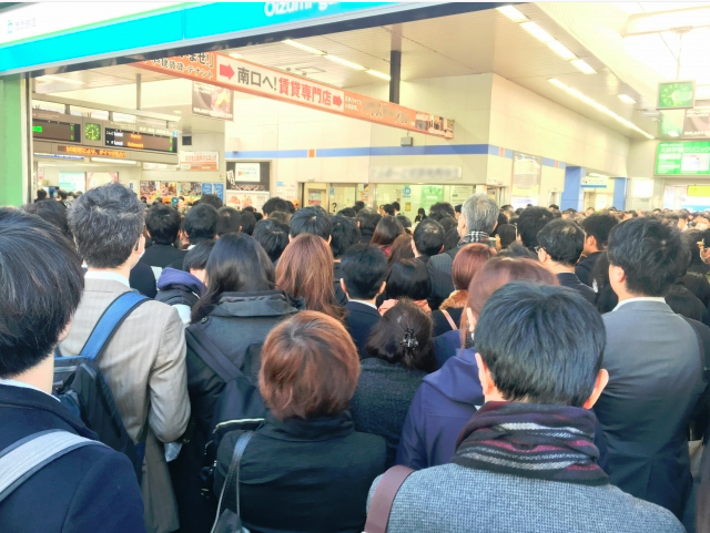 大雪によって交通がマヒした都内の駅は、多くの人でごった返して地獄のようでした。。。
